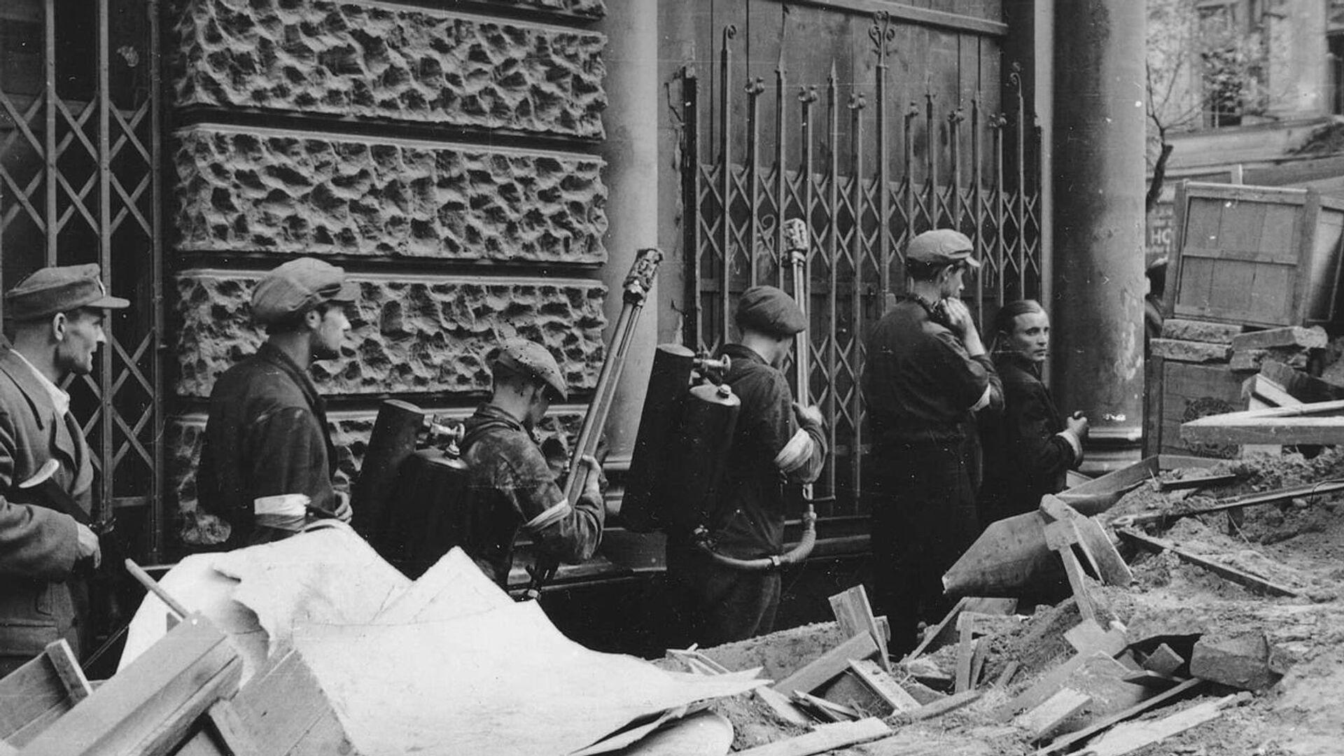 Огнеметчики восставших среди баррикад. Варшава, начало августа 1944 - РИА Новости, 1920, 01.08.2021