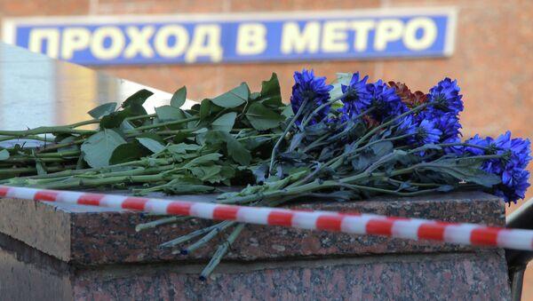 Цветы на месте трагедии в московском метро. Архивное фото