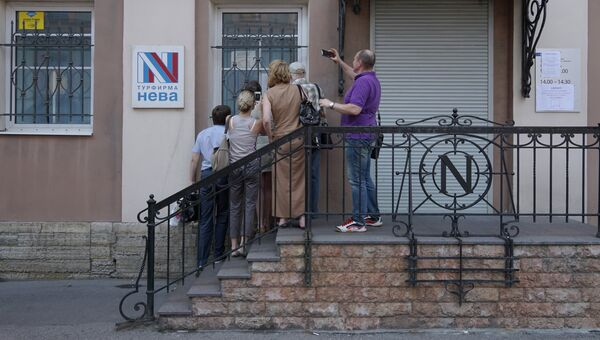 Посетители у офиса турфирмы Нева в Санкт-Петербурге. Архивное фото