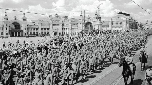 Колонна пленных немцев перед Белорусским вокзалом в Москве. 17 июля 1944