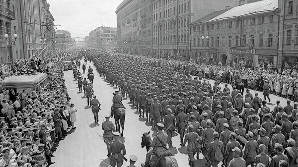 Пленных немцев ведут по улицам Москвы