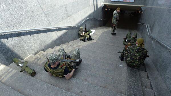 Ополченцы ДНР в районе железнодорожного вокзала в Донецке. Архивное фото