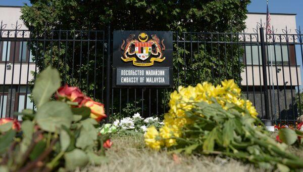 Цветы у посольства Малайзии в Москве в память о погибших пассажирах и членах экипажа лайнера Boeing 777
