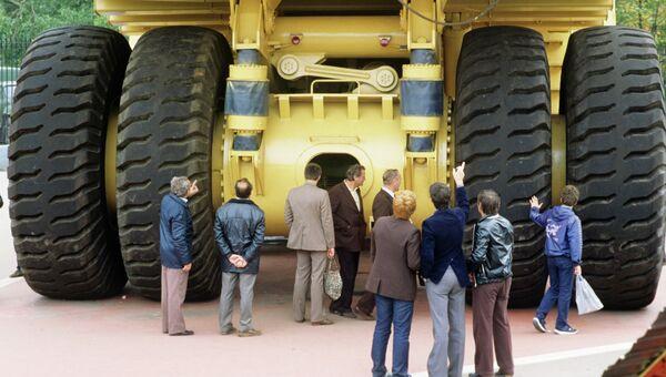 Карьерный 180-тонный самосвал БелАЗ-7521 на территории ВДНХ. Архивное фото
