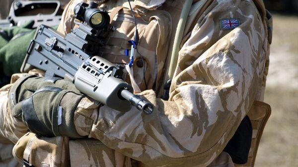 Солдат британской армии в оружием, архивное фото