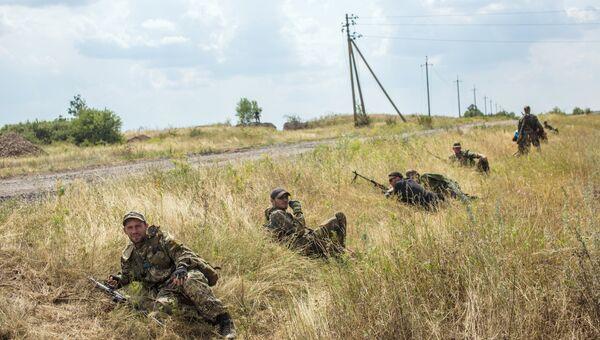 Бойцы ополчения во время боя за пограничный населенный пункт Кожевня под Снежным