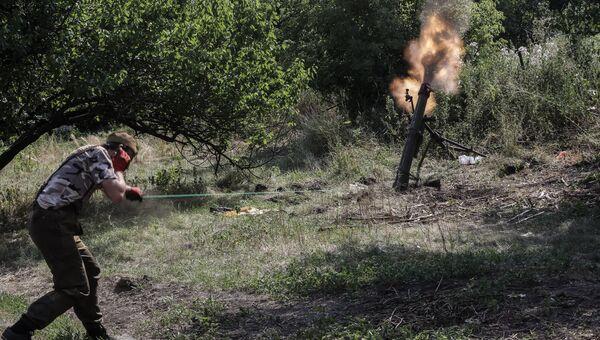 Ополченец стреляет из миномета неподалеку от российско-украинской границы. Архивное фото