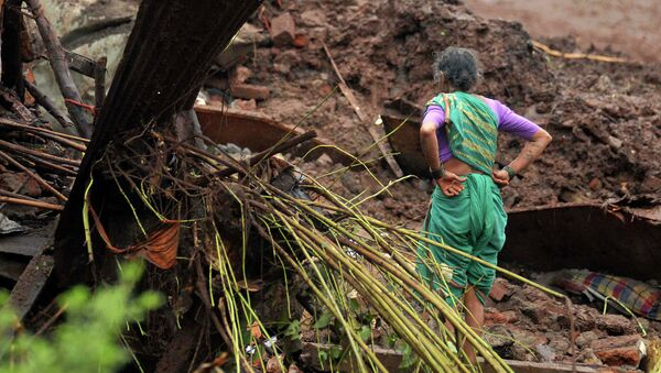 Жительница одной из деревень в штате Махараштра в округе Пуна, где сошел оползень