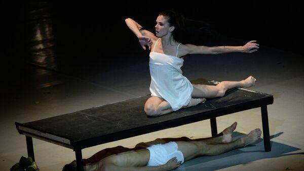 Звезды мирового балета Наталья Осипова и Иван Васильев во время исполнения третьей части нового проекта Соло для двоих. Архивное фото