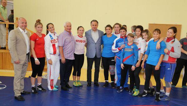 Виталий Мутко провел встречу на базе Озеро Круглое с юниорской сборной России по женской борьбе