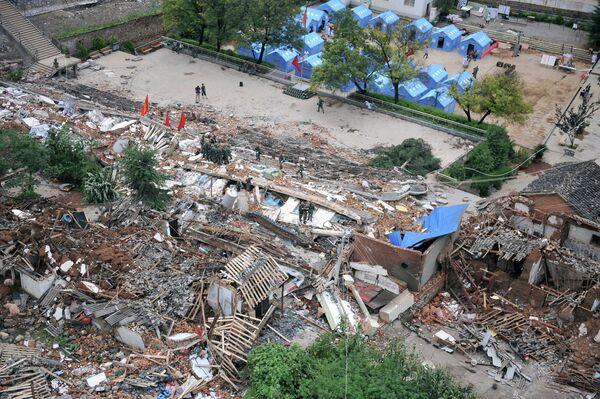 Дома, разрушенные землетрясением в городе Лунтушань, провинция Юньнань, Китай