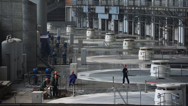 Рабочие в машинном зале Саяно-Шушенской ГЭС. Архивное фото
