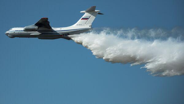 Cамолет Ил-76 демонстрирует сброс огнегасящей жидкости. Архивное фото