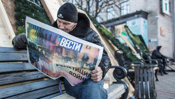 Участник акций сторонников евроинтеграции на баррикадах на площади Независимости в Киеве.