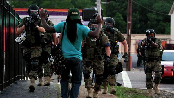 Задержание участника массовых беспорядков в городе Фергюсон, США
