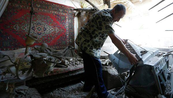 Житель Донецка в своем дома после обстрела