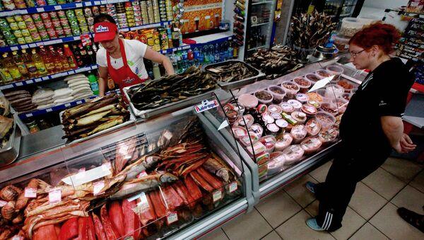 Женщина рассматривает рыбную продукцию в магазине