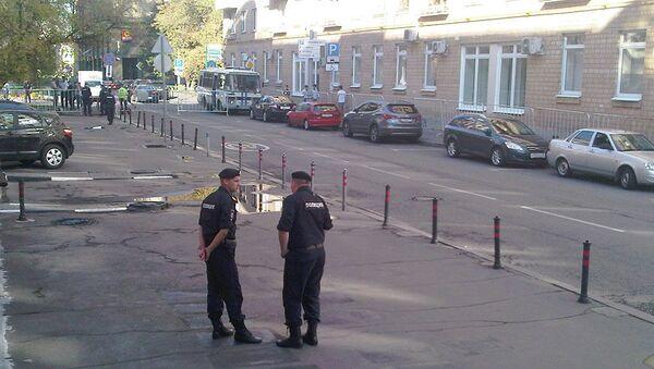 Сотрудники полиции у здания Замоскворецкого районного суда города Москвы. Архивное фото