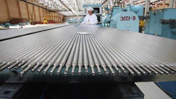 Участок снаряжения тепловыделяющих элементов для атомных электростанций на ОАО Новосибирский завод химических концентратов. Архивное фото