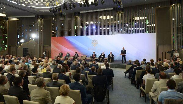 Президент РФ Владимир Путин выступает на встрече в Ялте членами фракций политических партий Государственной Думы РФ