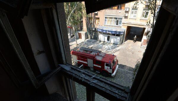 Пожарная машина на одной из улиц Донецка после обстрела