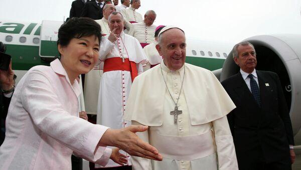 Президент Южной Кореи Парк Чжин Хе встречает Папу Римского Франциска в аэропорту