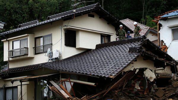 Спасатели работают на месте схода оползня в Хиросиме