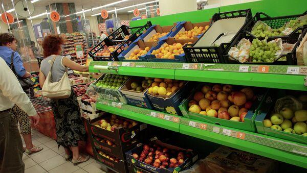 Прилавок с овощами и фруктами в одном из супермаркетов Москвы. Архивное фото