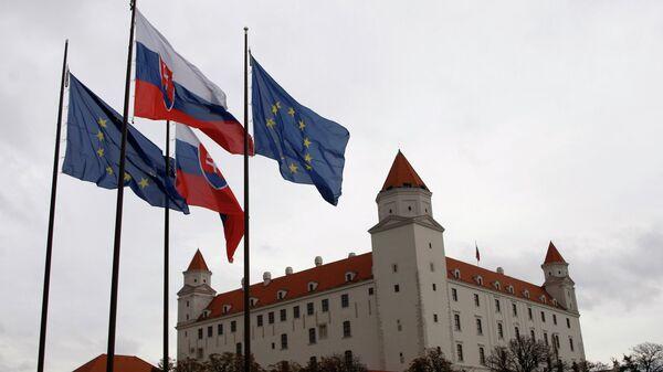 Флаги Словакии и Евросоюза перед зданием парламента в Братиславе
