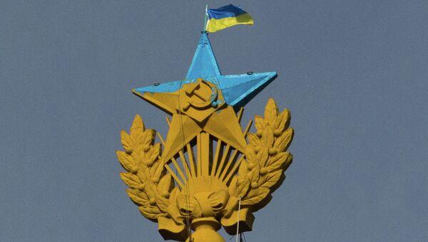 Неизвестные выкрасили звезду на шпиле высотки на Котельнической набережной в голубой цвет. Архивное фото