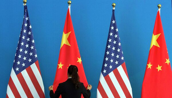 Флаги США и Китая, архивное фото