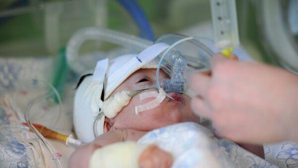 Младенец в роддоме, архивное фото