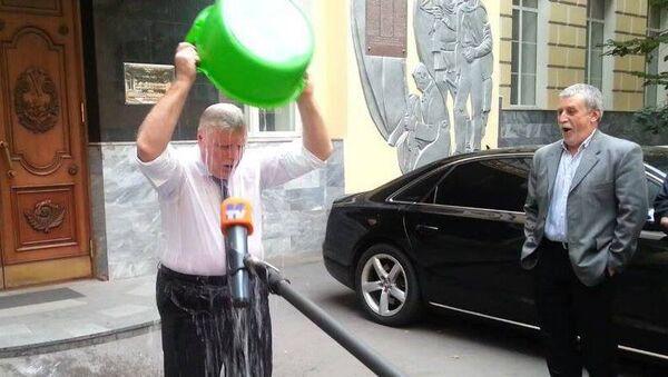 Лидер Справедливой России Сергей Миронов вылил на себя ведро ледяной воды в рамках акции Ice Bucket Challenge