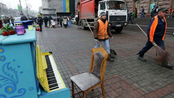 Уборка мусора на улицах Киева. Архивное фото.