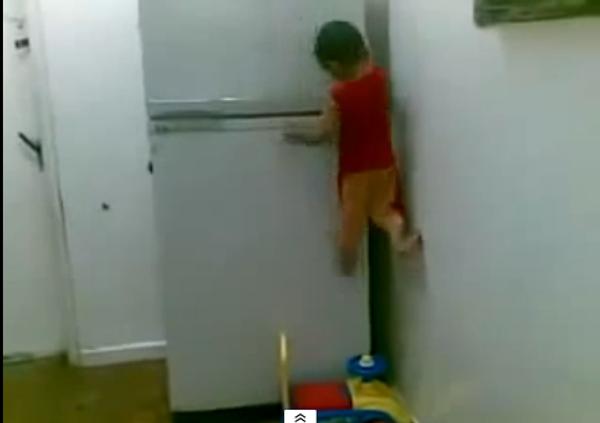 Очаровательный спайдермен: малыш демонстрирует суперспособности