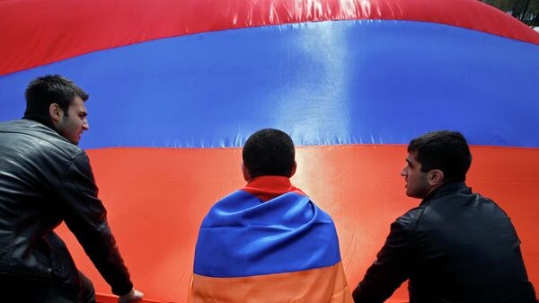 Люди на фоне флага Армении. Архивное фото