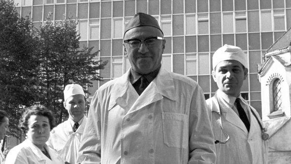 Академик Александр Васильевич Вишневский у здания Института хирургии АМН СССР в Москве