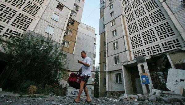 Житель города на улице Донецка подвергшейся обстрелу Украинской армией