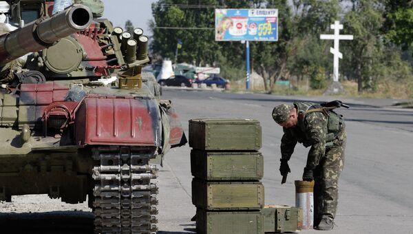 Украинский танк на одном из КПП возле города Мариуполь