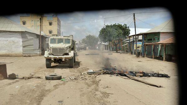 Бронированный автомобиль проезжает мимо блокпоста группировки Аш-Шабаб в Сомали