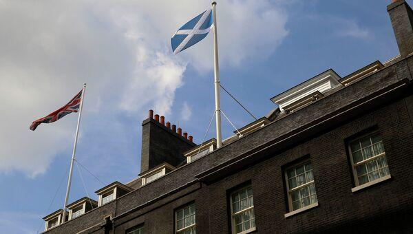 Белый с синим флаг Шотландии поднят над резиденцией премьер-министра Великобритании Дэвида Кэмерона