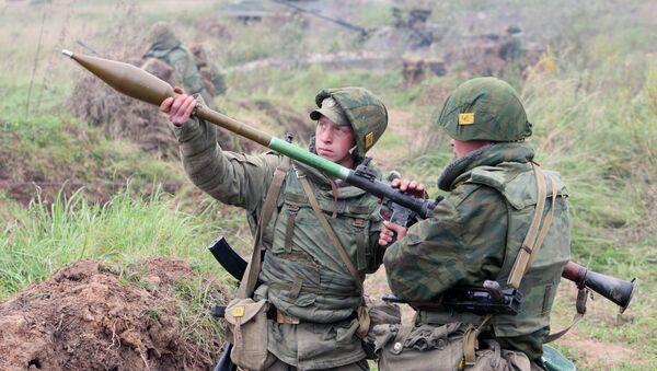 Бойцы готовятся к выстрелу. Архивное фото