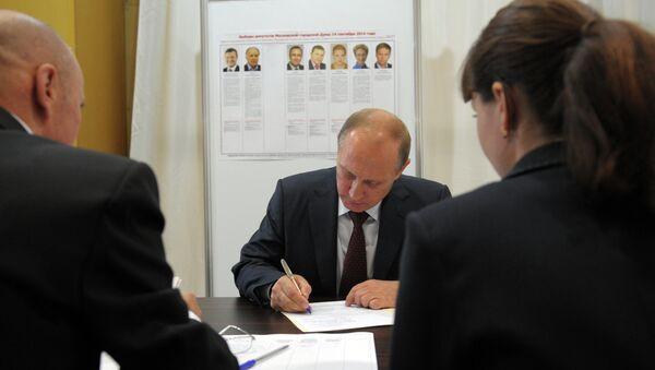 Президент России Владимир Путин во время досрочного голосования на выборах. Архивное фото