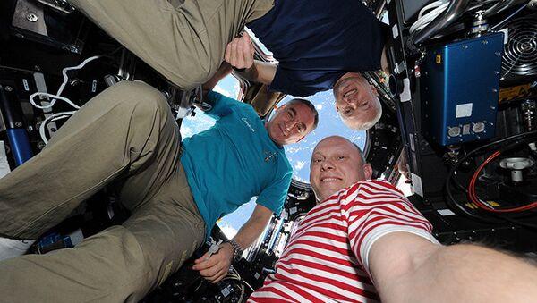 Космическое селфи от космонавтов Олега Артемьева, Александра Скворцова и Стивена Свонсона. Архивное фото