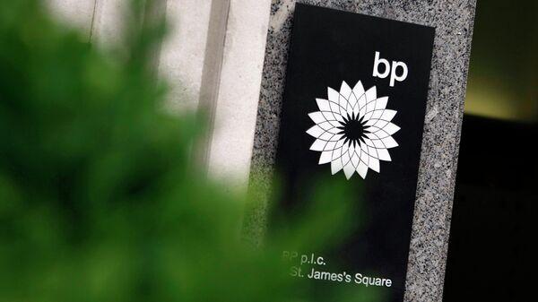Вывеска у штаб-квартиры BP в Лондоне. Архивное фото