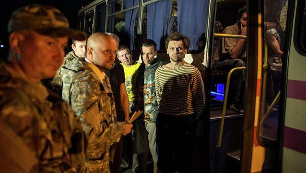 Ополченец во время обмена пленными между ополченцами и силовиками, 12 сентября, 2014