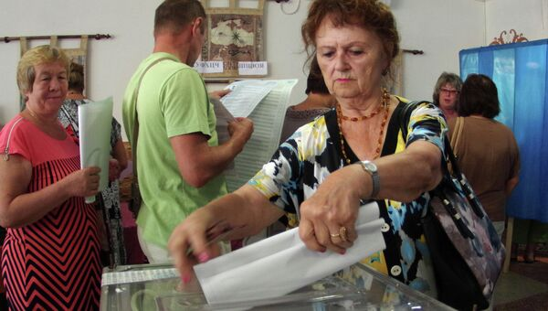 Жительница Севастополя на одном из избирательных участков города во время выборов в Законодательное собрание Севастополя и муниципальные образования города. Архивное фото