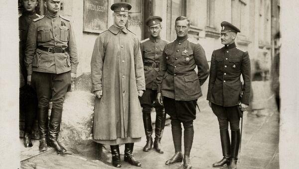 Великий князь Михаил Александрович во время посещения Седьмой авиационной дивизии, 1916 год