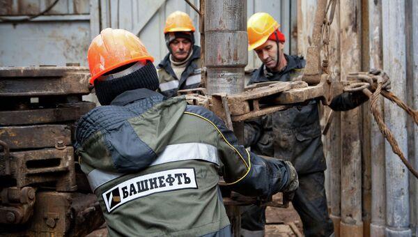 Добыча нефти работниками компании Башнефть. Архивное фото