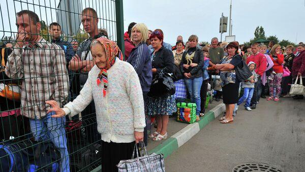 Украинские беженцы стоят в очереди на границе. Архивное фото
